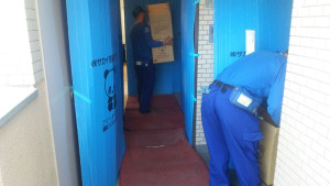 養生された玄関。壁は養生シートで完全に覆い、床にはマットを敷き詰めて運搬作業を行う