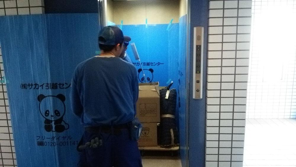 集合住宅のエレベーターの養生。建物の内外を問わず運搬作業の導線には必ず養生するのがよい引越し業者